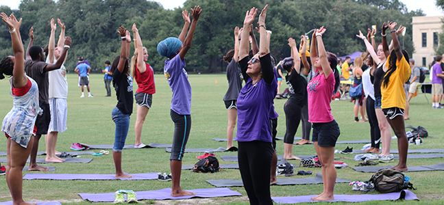 Photo students and fitness instructor doing yoga outside